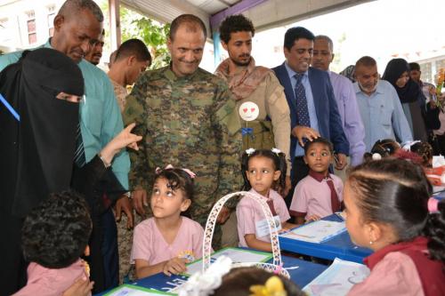 مدير أمن عدن يشارك بمعرض الرسومات والأعمال اليدوية لأطفال الرياض الحكومية بعدن ويقدم 80 جائزة للأطفال