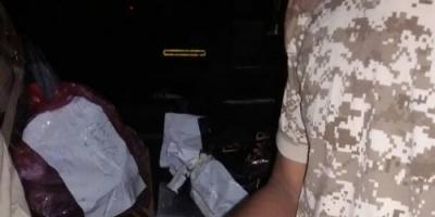 الحزام الأمني بلحج يضبط شحنة مخدرات ويحتجز بائعيها