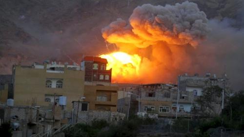 طيران التحالف العربي يستهدف مخزن أسلحة وتجمعات لمليشيا الحوثي في مطار صنعاء الدولي