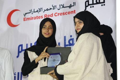 بمناسبة عيد الأم .. الهلال الأحمر الإماراتي يكرم عدد من الأمهات المثاليات بعدن ( مصور )