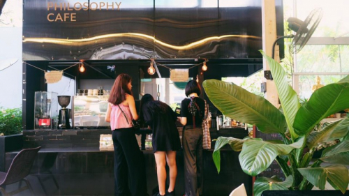 مقهى يقدم خصما لمن يستلقي داخل نعش