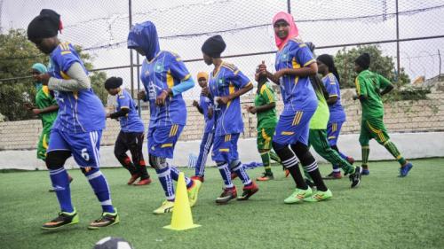 صوماليات يكسرن حواجز التقاليد عبر ملاعب كرة القدم