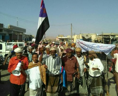 متقاعدون عسكريون يخرجون بمسيرة جماهيرية حاشدة بمديرية المحفد بأبين