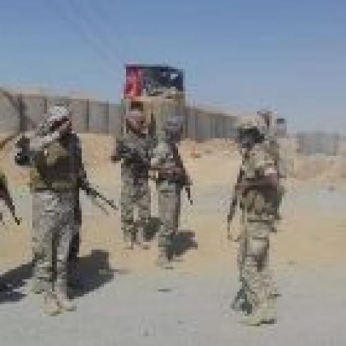 شبوة.. قائد معسكرالحزام الامني يكرم قائد نقطة المصينعة وعددا من الجنود