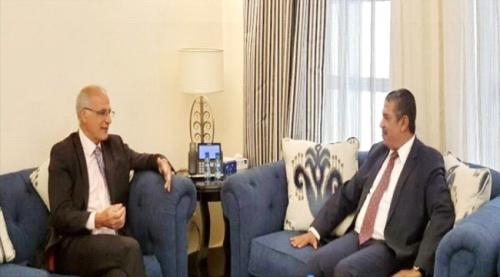 """بحاح يبحث مع السفير البريطاني """" استعادة الدولة """" والحل السياسي في اليمن"""