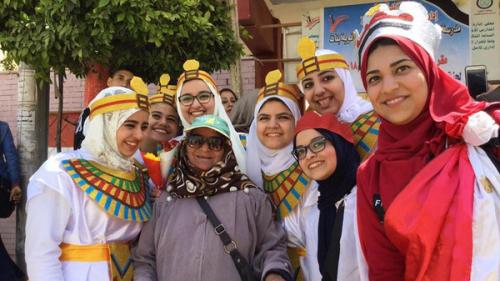 احتفالات ومشاهد طريفة وإنسانية في الانتخابات المصرية