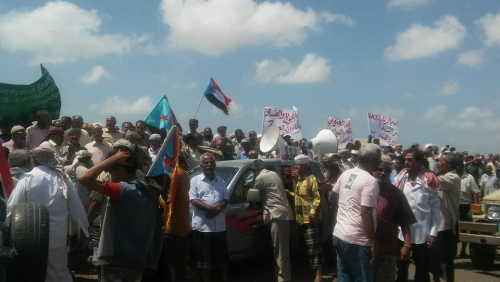 تظاهرة حاشدة أمام منزل الميسري بعدن لضباط الجيش الجنوبي للمطالبة بحقوقهم - صور