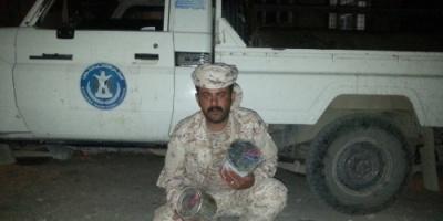 الحزام الأمني بلحج يداهم أحد الأوكار الإرهابية ويضبط أنواعاً مختلفة من المتفجرات (صور)
