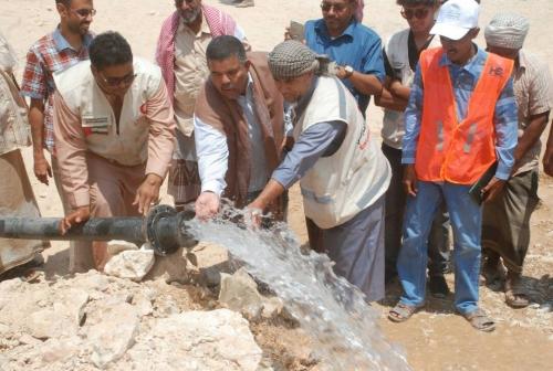 """صور.. الهلال الأحمر الإماراتي"""" يفتتح شبكة مياه السوم والعصيبه وعصم بصحراء حضرموت"""