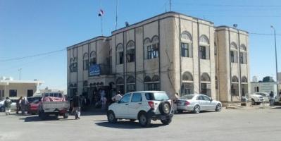 محافظ المهرة يوجه بتوقيف 5 موظفين بمنفذ شحن وإحالتهم للتحقيق لارتكابهم مخالفات قانونية