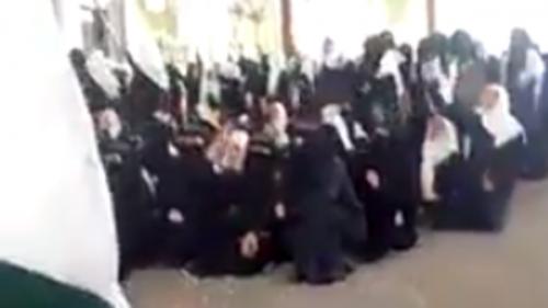 شاهد .. تحدي طالبات يمنيات لميليشيا الحوثي بصنعاء