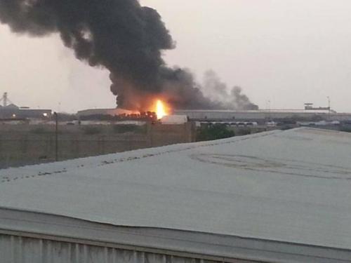 حريق هائل يلتهم مخازن الغذاء العالمي في محافظة الحديدة