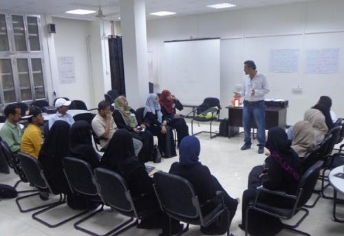 """""""الخضر"""" يدرب معلميّ ومعلمات الآداب والتربية على الاستماع الجيد في مركز المرأة"""