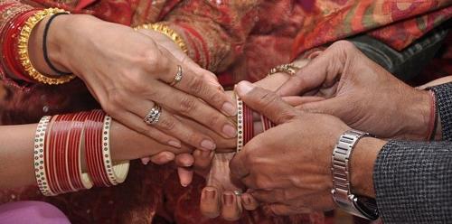 رجل يساعد زوجته على الزواج من عشيقها