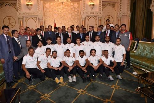 هادي مخاطبا لاعبي المنتخب الوطني : أثبتم انكم جيل اليمن الموحد الذي سيضل موحدا من أقصاه إلى أقصاه