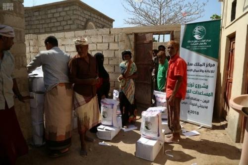 مركز الملك سلمان للإغاثة يوزع مساعدات غذائية للنازحين في الحديدة