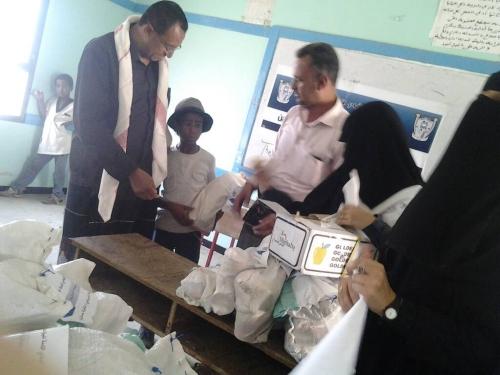 مؤسسة الايادي الامنه للبراعم توزع سلال غذائية لفئة الاطفال من  الطلاب المهمشين في مدرسة الجريذي بالضالع