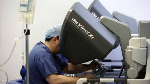 """""""روبوت"""" يجري جراحة نادرة لبريطانية مصابة بالسرطان"""
