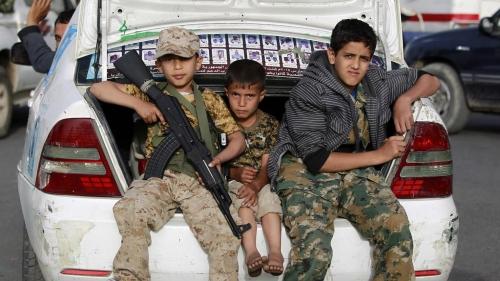 ناشطون: ميليشيات الحوثي تجند أطفال دور الأيتام في صنعاء وترسلهم لجبهات القتال