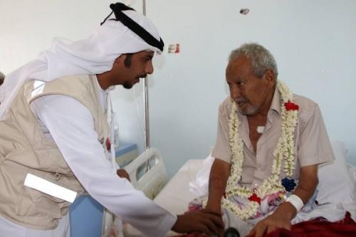 وفد من الهلال الأحمر الإماراتي يطمئن على صحة المصور العدني ناشر سيف أحمد