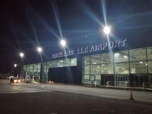 تفاصيل حادثة احتجاز لاجئ يمني مع زوجته بمطار الصومال ووفاة طفل في بطن أمه