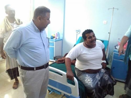 المدير العام التنفيذي لصندوق نظافة عدن يزور عامل بالصندوق بالمستشفى ويوجِّه بعلاجه