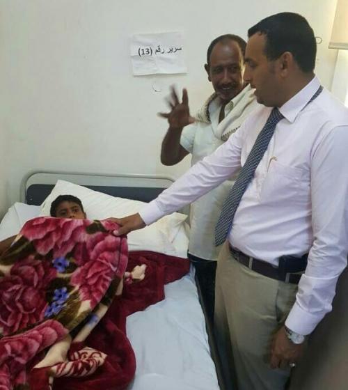 محافظ سقطرى يتفقد مستشفى الشيخ خليفة ويطمأن على صحة المرضى في قسم الترقيد