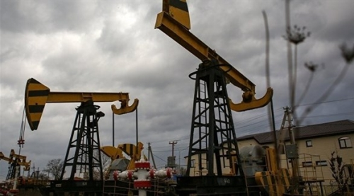 النفط يغلق مرتفعاً ويسجل أكبر أسبوع من المكاسب منذ يوليو