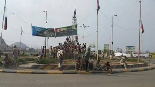عسكريون يقطعون الطريق الواصلة إلى مديرية التواهي بعدن