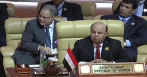 """المخلافي يكشف حقيقة تناوله """"الشمة"""" على الهواء خلال القمة العربية"""