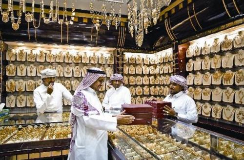 نقص الأيدي العاملة المدربة يتسبب في تراجع مبيعات أسواق الذهب في السعودية