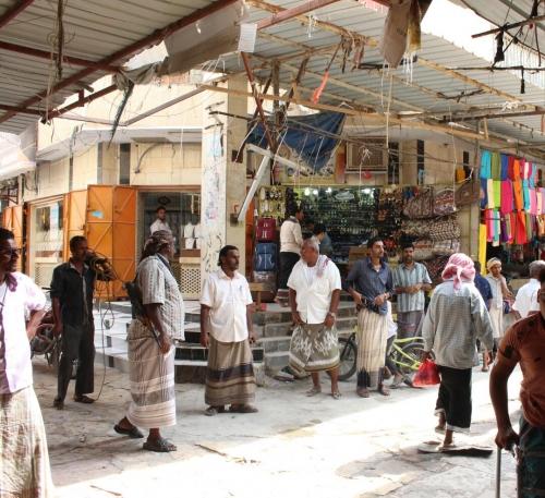 لجنة إزالة العشوائيات وترتيب سوق الشحر تباشر عملها وتزيل عددا من المخالفات