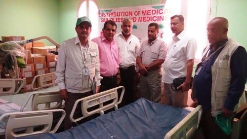 المؤسسة الطبية الميدانية تسلم مكتب الصحة في أبين مستلزمات ومعدات طبية
