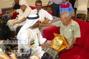 الهلال الاماراتي  يكرم اول محافظ لعدن بعد الاستقلال ومصورا صحفيا واحد الشهداء ( صور)