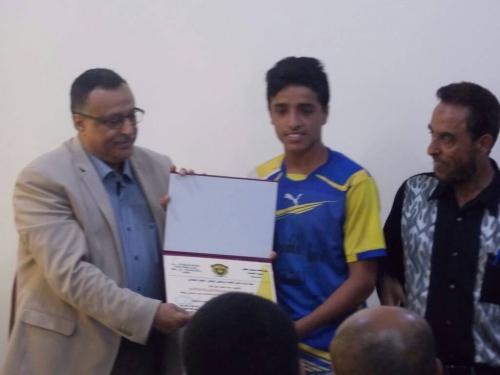 عدن : مدير عام المنصورة يكرم الفائز بالمركز الاول باكاديمة الموهوبين باللغة الانجليزية