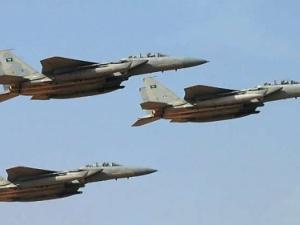 الطيران يدك مواقع وتعزيزات مليشيات الحوثي في مفرق المخا