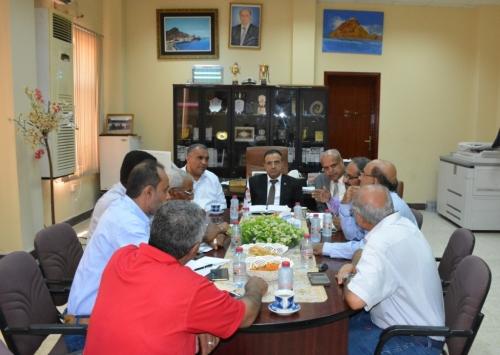 رئيس جامعة عدن يلتقي أعضاء الجمعية السكنية ومدير عام الهيئة اليمنية للمواصفات والمقاييس