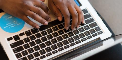 وفقًا لخبراء .. كيف تنظف لوحة مفاتيح حاسوبك ؟