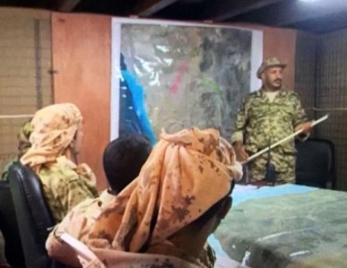 """في ظهور لافت.. طارق صالح يرأس اجتماعا عسكريا لـ""""قوات المقاومة الوطنية"""" (فيديو)"""