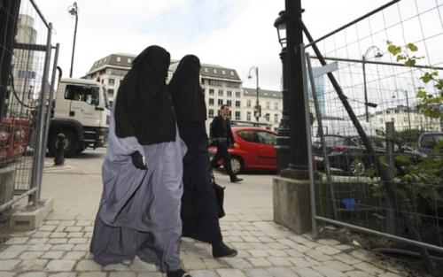 فرنسا تحرم جزائرية من الجنسية لرفضها مصافحة مسؤولين