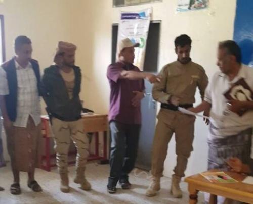 قائد قوات الحزام الأمني بلحج يزور مركز صرف الحوالات النقدية الطارئة للمرحلة الثانية في المفلحي بيافع