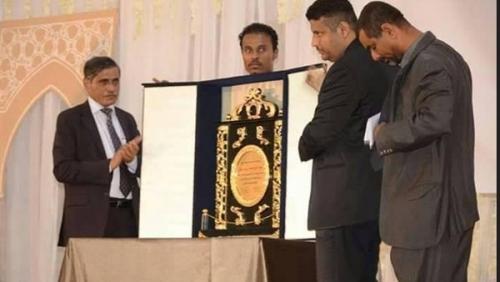 البحسني يمنح الشيخ محمد بن زايد درع الشجاعة في ذكرى التحرير