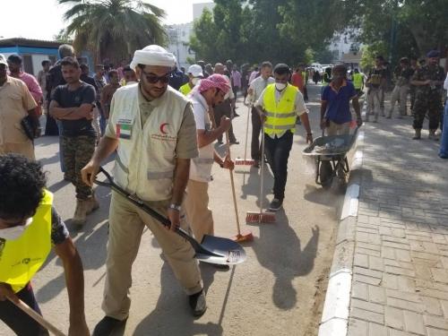 """تحت شعار """"عدن تستحق"""" الهلال الأحمر الإماراتي يدشن حملة نظافة بعدن"""
