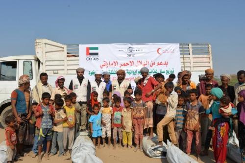 صور.. الهلال الأحمر الإماراتي يغيث النازحين في مخيم الكود بأبين