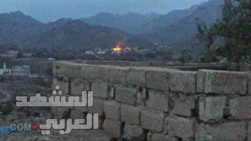 احتراق ثلاثة منازل جراء قصف مليشيات الحوثي قرية سون غرب مريس