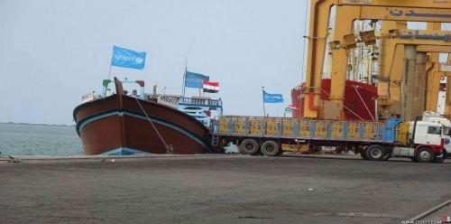 الحوثيون يحتجزون آلاف الأطنان من المشتقات النفطية في ميناء الحديدة