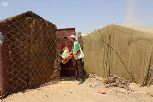 مركز الملك سلمان للإغاثة يوزع 9 ألف كرتون من اللحوم للنازحين في مديريتي مأرب والوادي بمحافظة مأرب