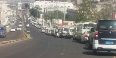 ارتفاع مفاجئ لأسعار البنزين بعدن ومصدر يتهم الرئيس هادي بالتسبب بذلك