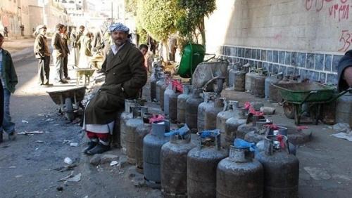 عضو في ثورية الحوثيين يحمل جماعته مسؤولية أزمة الغاز ويعترف بإنعاشها السوق السوداء
