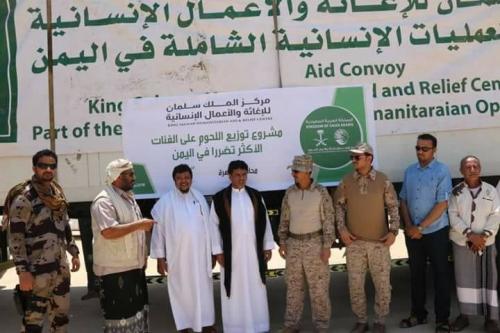 محافظ المهرة يدشن توزيع 16 ألف كرتون من اللحوم مقدمة من مركز الملك سلمان للإغاثة